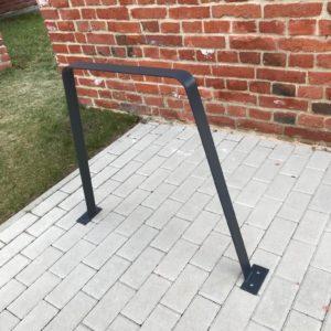 Czarny stojak rowerowy typu U